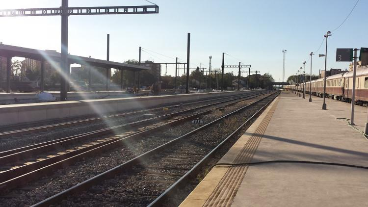 Andenes vacíos de la estación de Granada, con el Al-Ándalus al fondo.
