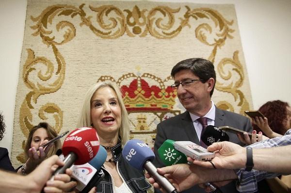 La fiscal superior con el vicepresidente de la Junta, en una visita de este a Granada.