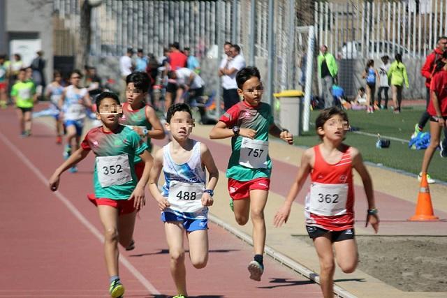 Niños practican atletismo en Atarfe.