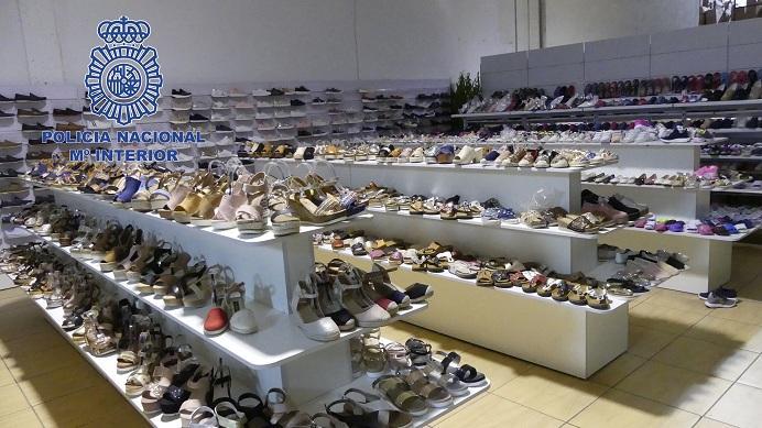 En una de las naves se exponía calzado para su venta.