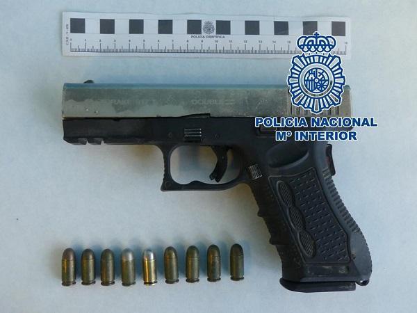 Arma intervenida al detenido.
