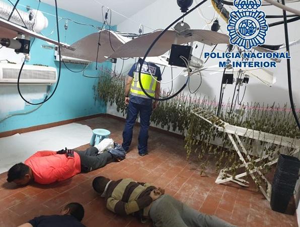 Varios detenidos, en el suelo durante la intervención policial.