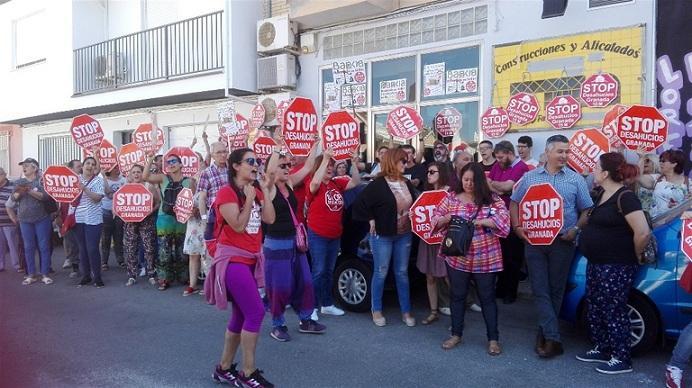 Movilización ciudadana en la puerta del local.
