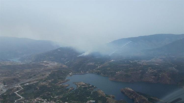 Vista aérea del incendio, por encima del pantano de Béznar.