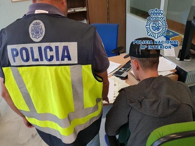 Un agente toma declaración a uno de los investigados.