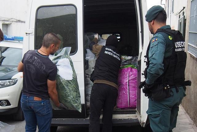 Cargan la droga requisada en Pinos Puente.