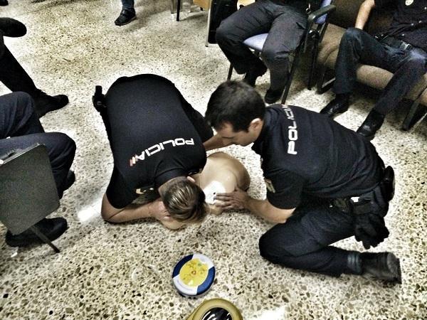 Agentes realizan prácticas de reanimación.