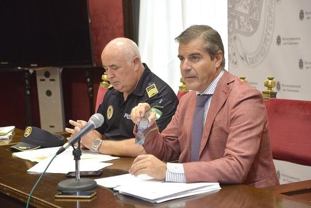 El concejal César Díaz y el jefe policial, Manuel Avilés.