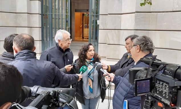 Responsables del sindicato atienden a los medios en la puerta de la Fiscalía.