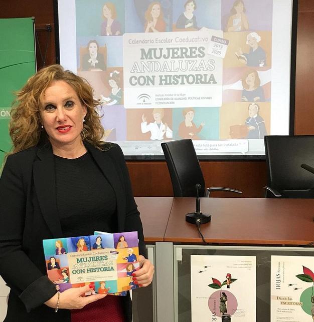 Ruth Martos presenta el calendario.