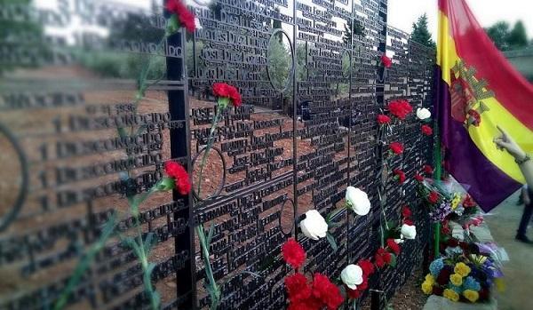 Imagen del Memorial a las víctimas del franquismo en las tapias del cementerio de Granada.