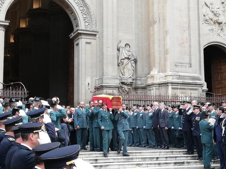 Salida del féretro con los restos mortales del agente tras el funeral en la Catedral.