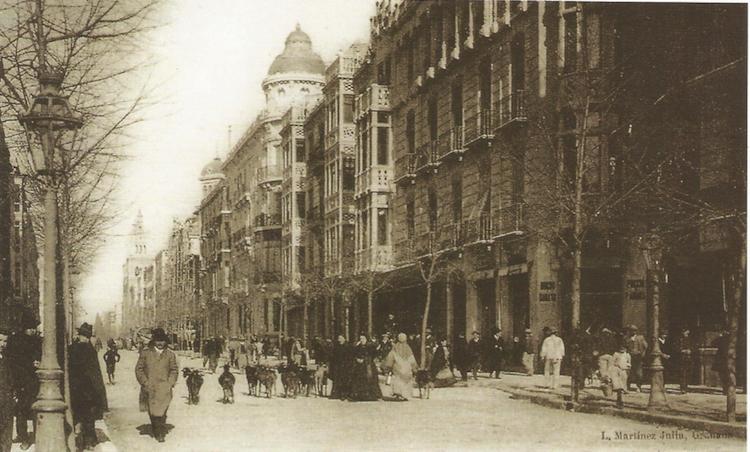 Gran Vía hacia 1913. Se ve una calle de fachadas armoniosas y uniformes, con las torres del Sagrado Corazón enseñoreándose. Faltaba poco tiempo para que instalaran los raíles del tranvía.