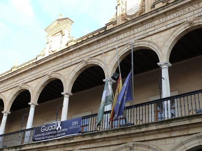 Las banderas ondean a media asta en Guadix en luto oficial por Pilar.