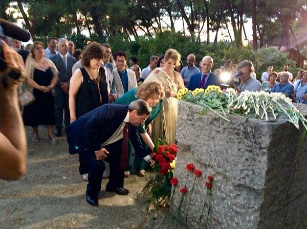 Ofrenda floral con la que se inició el acto.