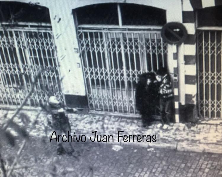Impactante fotografía tomada por Juan Ferreras en San Jerónimo el 4 de diciembre de 1977, en las cargas policiales que sucedieron a la manifestación.