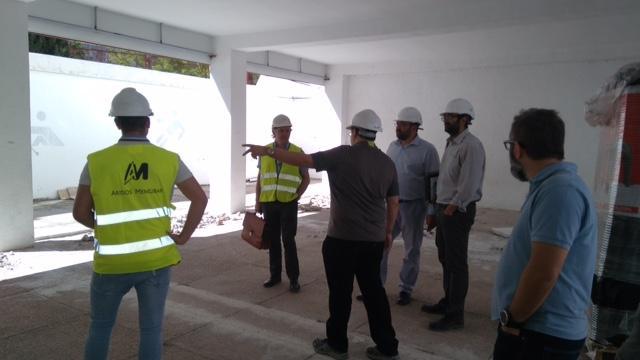 Técnicos informan de las obras al delegado de Educación.