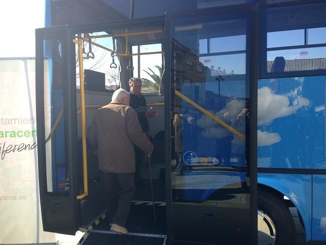 Vecinos prueban el nuevo autobús, que entrará en servicio este jueves.