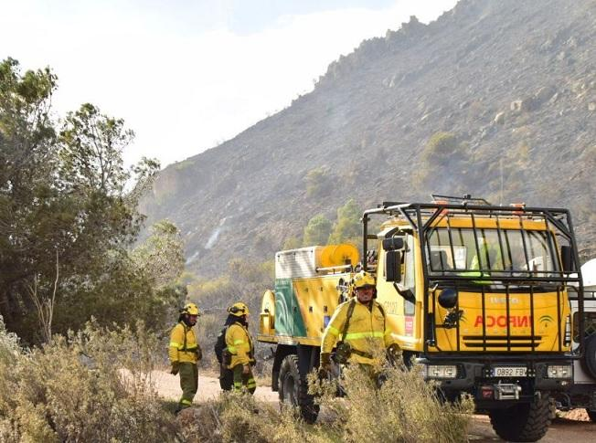Efectivos del Infoca, en el incendio de Cerro Gordo.