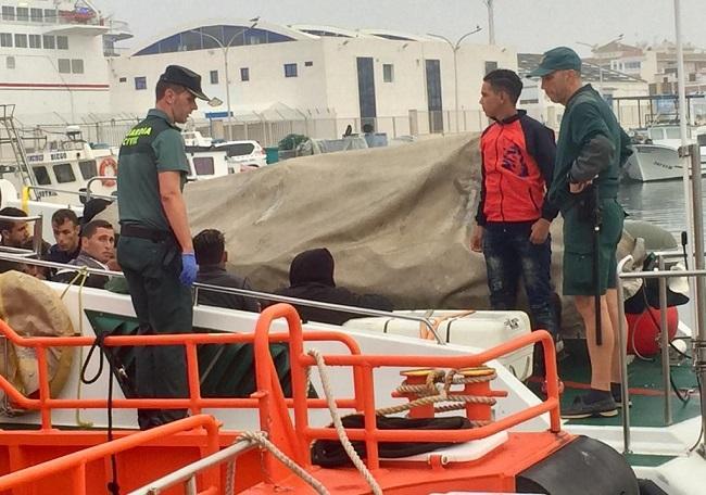 Las personas migrantes rescatadas, a la llegada al Puerto Motril.