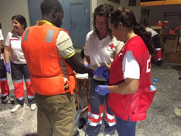 Voluntarios de Cruz Roja atienden a los inmigrantes.