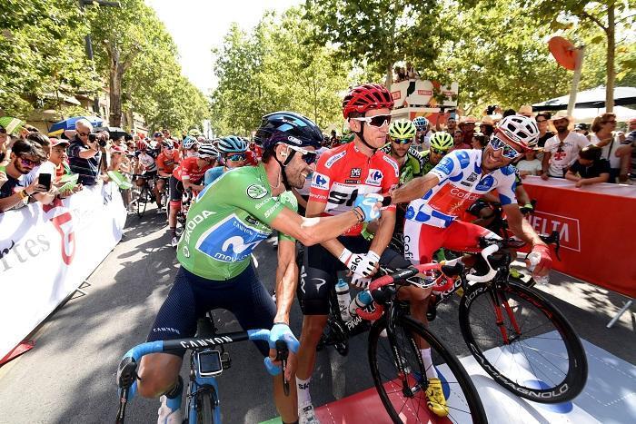 Alejandro Valverde, con maillot verde, en la salida de la etapa de la Vuelta Ciclita a España desde Granada.
