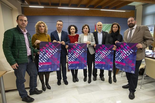 El equipo de delegados de la Junta en Granada, con el cartel para el 25N.
