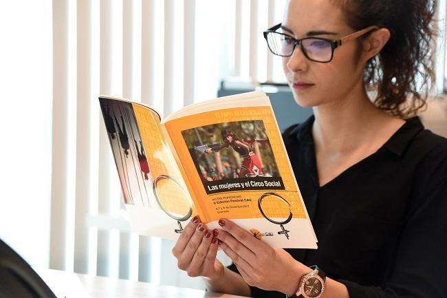 Isabel Veiga con el libro.