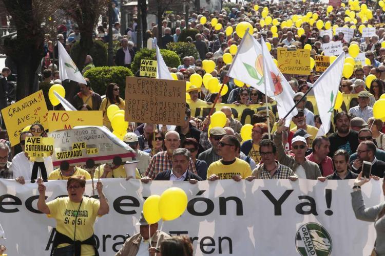Imagen de una de las manifestaciones para exigir la reconexión y un AVE digno.