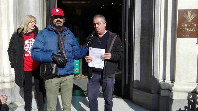 Manuel, a las puertas de una oficina de la Rural, con representantes de Stop Desahucios.