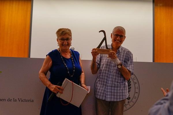 Manuel Navarro recibe una escultura que representa una lambda, símbolo del laicismo y la libertad de conciencia.