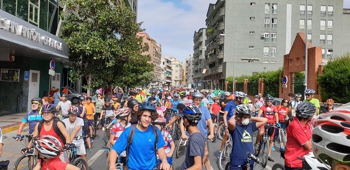 La marcha ciclista, por San Antón, junto al río Genil.