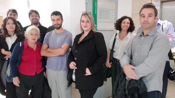 María Prieto acompañada por activistas de Stop Desahucios y una de las últimas vecinas de la Casa del Aire.