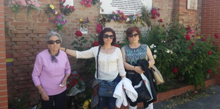 Rafaela Molina Ortega, junto a María del Carmen y Rafi Martín Molina, junto a la fosa donde yacen los restos de Rafael.