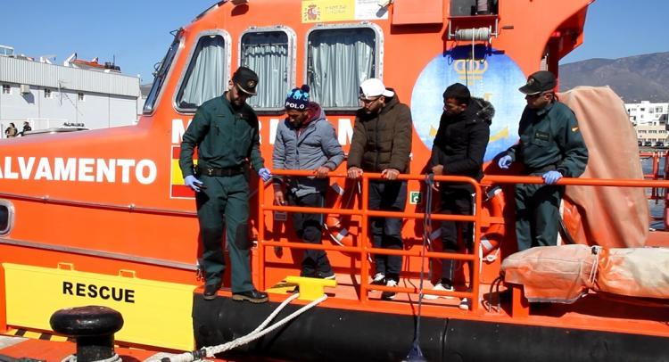 Los tres migrantes, a su llegada al Puerto de Motril.