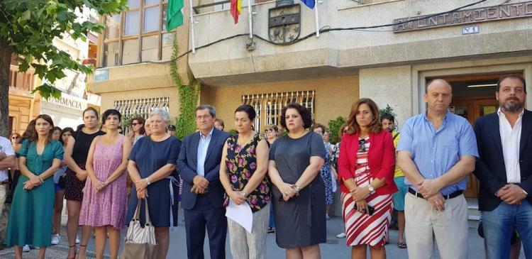 A las puertas del Ayuntamiento de Dúrcal, con su alcaldesa a la cabeza, representantes de instituciones y vecinos y vecinas de la localidad se reunieron para condenar, en silencio el asesinato machista.