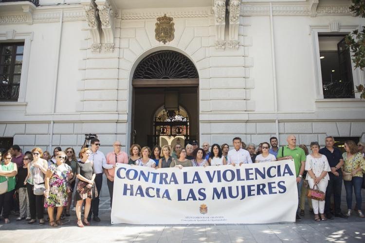 Minuto de silencio a las puertas del Ayuntamiento de Granada.