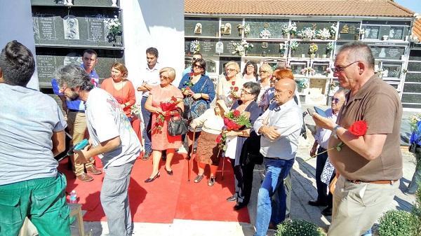 Familiares de las tres víctimas del franquismo enterradas dignamente este jueves en Moclín.