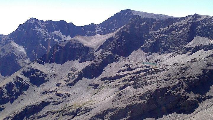 Una vista de Sierra Nevada, con Laguna Larga, y al fondo Alcazaba y Mulhacén.