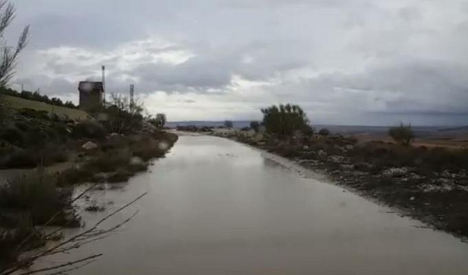 Uno de los interminables charcos que se forman en el camino cuando llueve.