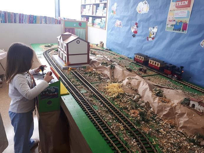 Una niña maneja el tren en el aula hospitalaria.