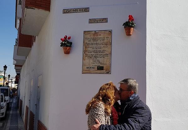 Dos personas se besan en el lugar habilitado por el municipio.