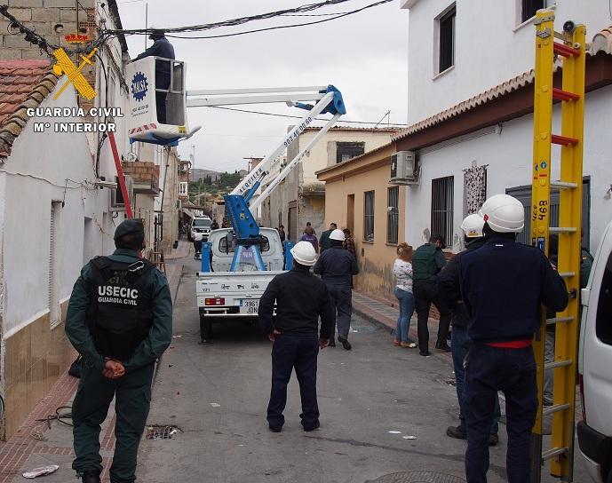 Desmontan conexiones ilegales de luz en la zona de El Barranco.