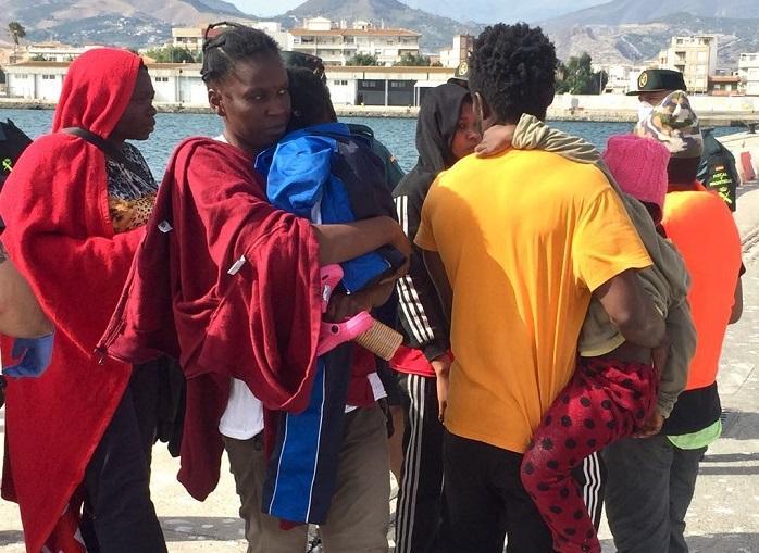 Algunas de las personas migrantes llegados ayer a Motril tras se rescatados en el mar.
