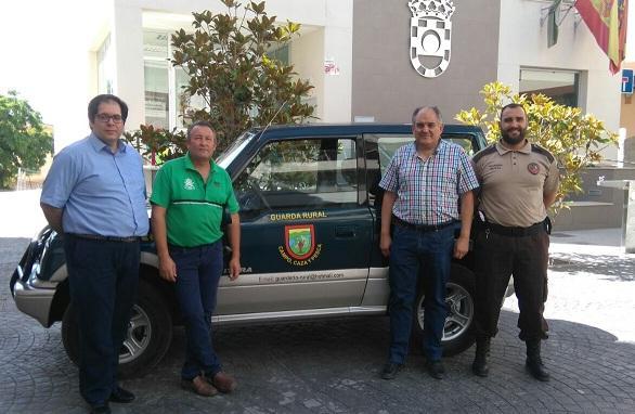 El guarda rural, a la derecha, con el alcalde y autoridades de la Guardia Civil.