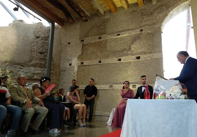 El alcalde oficia la boda en la Torre de la Alquería.