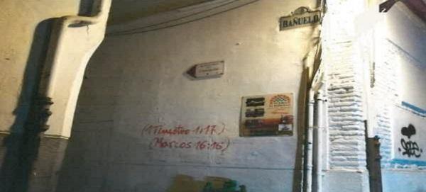 Las pintadas han aparecido en calle Bañuelos, Santísimo y Monte de Piedad.