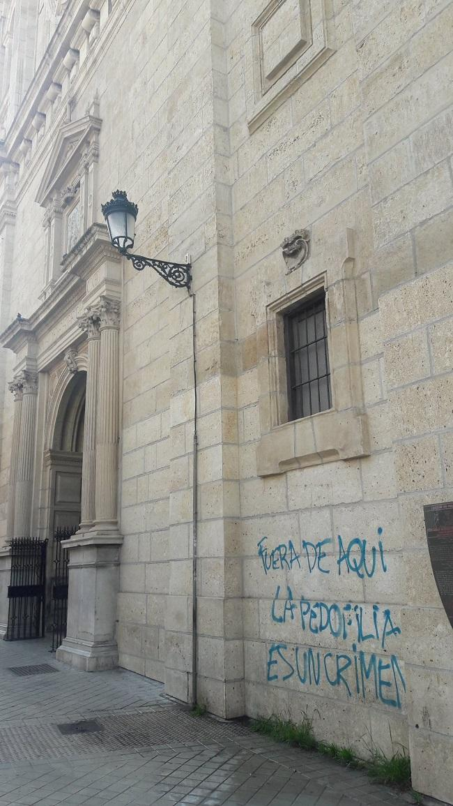 Imagen con las pintadas en el templo.