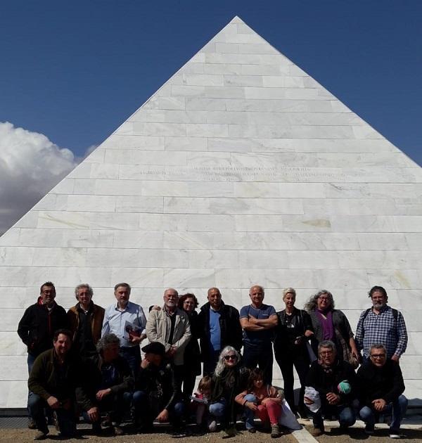 Participantes en la asamblea junto al memorial a las víctimas del franquismo del cementerio de San Rafael, en Málaga.