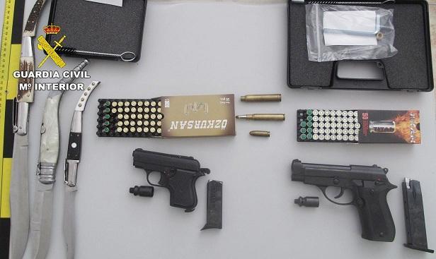 Pistolas y otros efectos intervenidos a los detenidos.